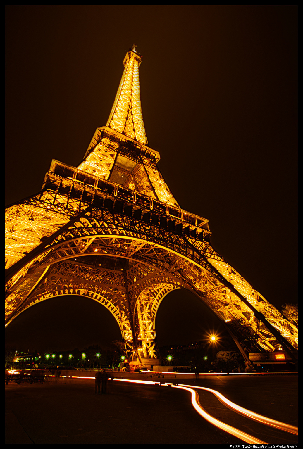 Night view of the eiffel tower tour eiffel paris france